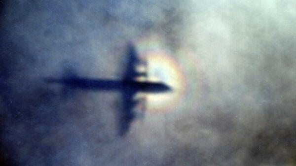 Тень новозеладского самолета P3 Orion, участвующего в поисках пропавшего Боинга MH370 в водах Индийского океана. Архивное фото
