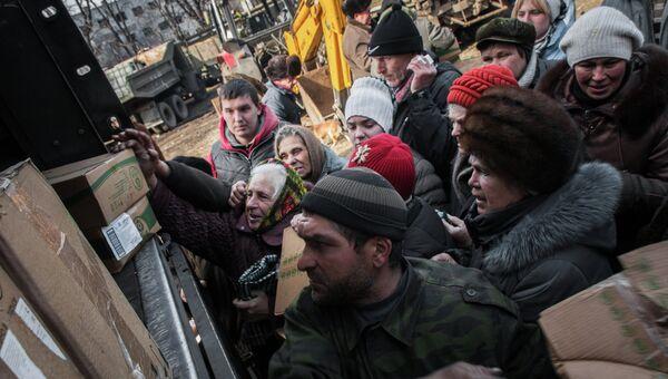 Жители Дебальцево получают гуманитарную помощь от ополченцев Донецкой народной республики (ДНР). Архивное фото