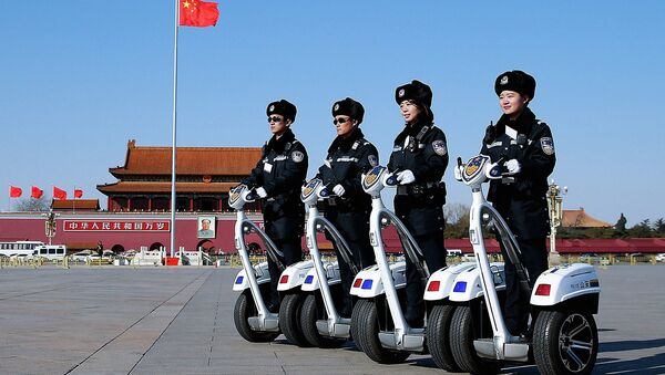 Полицейский патруль на площади Тяньаньмэнь, Пекин. Китай, март 2015. Архивное фото