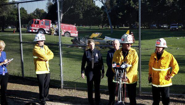 Пожарные и полиция комментируют аварию произошедшую с самолетом Харрисона Форда