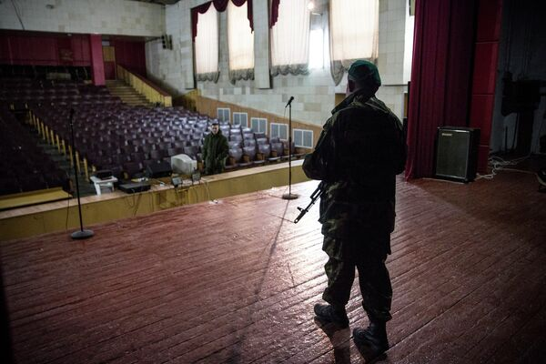 Ополченцы ДНР готовятся к Международному женскому дню в штабе батальона Кальмиус