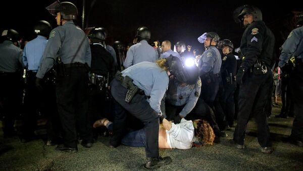 Полицейские задерживают участника акции протеста в Фергюсоне