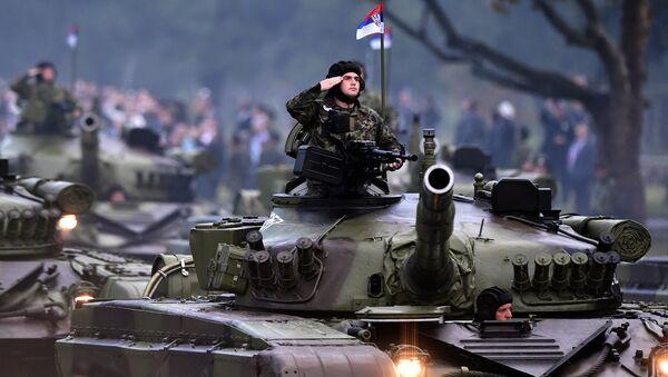 Сербский военнослужащий во время парада, архивное  фото