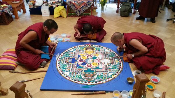Тибетские монахи строят песочную мандалу Авалокитешвары в Москве