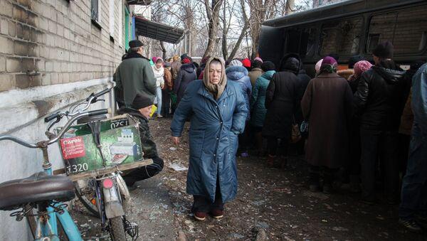 Раздача продуктов питания в Дебальцево. Архивное фото