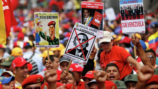 Сторонники президента Венесуэлы Николаса Мадуро во время анти-империалистического митинга в Каракасе. 15 марта 2015