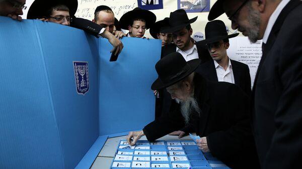 Ультраортодоксальный раввин Гершон Эдельштейн принимает участие в голосовании на выборах в Израиле