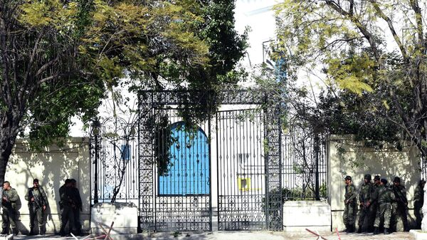 Вооруженные силы Туниса возле здания музея, где произошел теракт