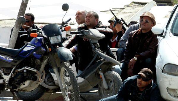 Полицейские перед зданием парламента в Тунисе