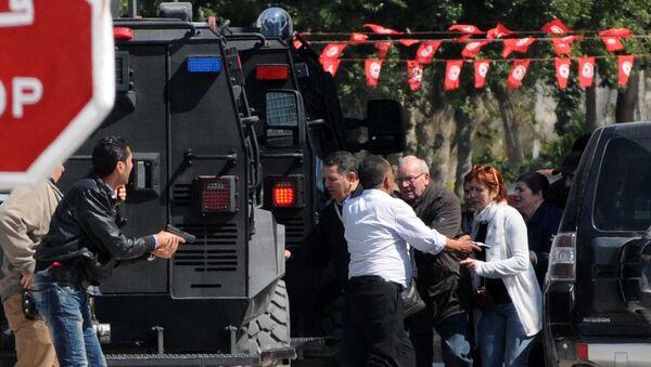 Эвакуация туристов с места нападения боевиков в музее Бардо в Тунисе. Архивное фото