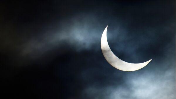 Солнечное затмение в небе над Бриджуотером, Англия