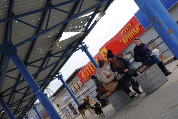 Местные жители на автобусной остановке в Донецке