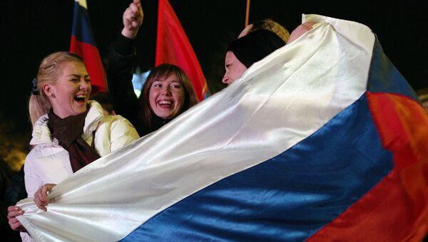 Жительницы Севастополя во время праздничного концерта в честь присоединения Крыма к Российской Федерации. Архивное фото.