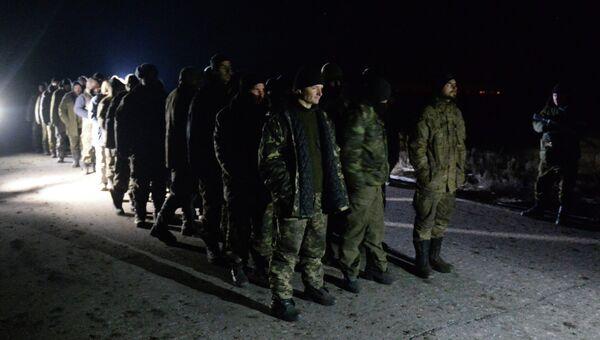 Военнопленные украинские силовики во время процедуры обмена. Архивное фото