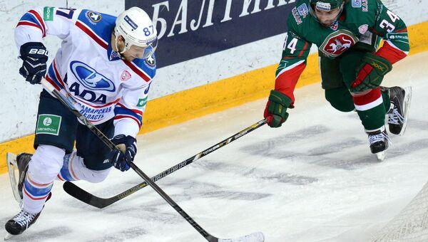 Игрок ХК Лада Станислав Романов (слева). Архивное фото