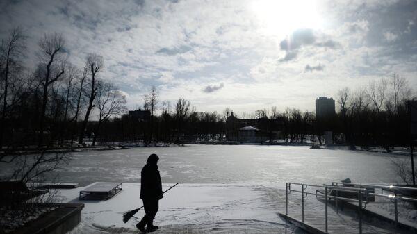 Сотрудник служб ЖКХ убирает снег. Архивное фото