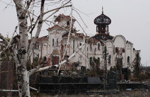 Разрушенный в результате обстрела во время боевых действий Иверский женский монастырь расположен прямо перед аэропортом Донецка