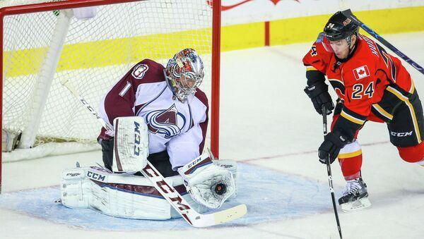 Семен Варламов в матче НХЛ Колорадо-Калагри