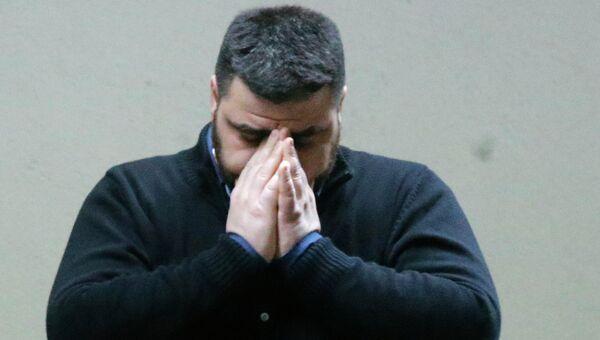 Мужчина, предположительно ожидающий прибытие рейса из Барселоны в аэропорту Дюссельдорфа