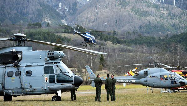 Вертолеты французской службы спасения вблизи места крушения Airbus A320 во французских Альпах. Архивное фото