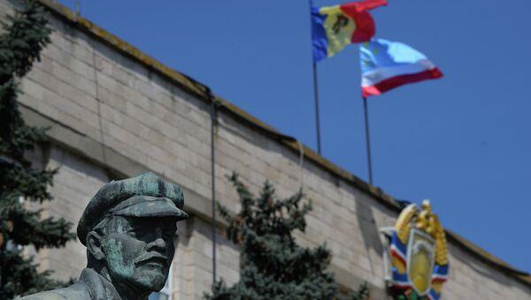 Статуя Ленина возле здания администрации города Комрат, Гагаузия. Архивное фото
