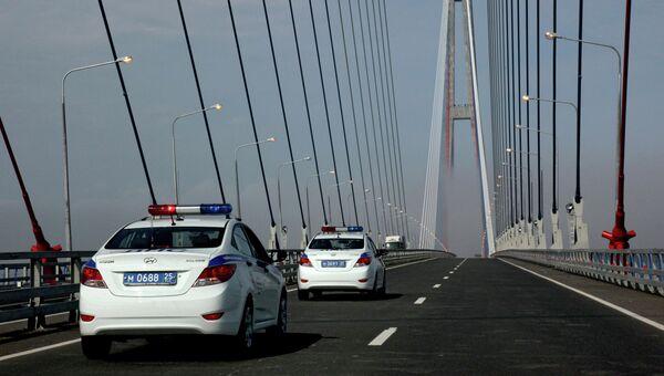 Машины полиции на мосту через пролив Босфор Восточный во Владивостоке. Архивное фото