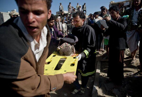 Спасение людей из-под завалов разрушенных домой после авиаударов в Сане, Йемен