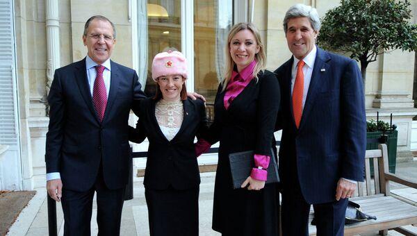 Сергей Лавров, Дженнифер Псаки, Мария Захарова и Джон Керри после переговоров в Париже. Архивное фото