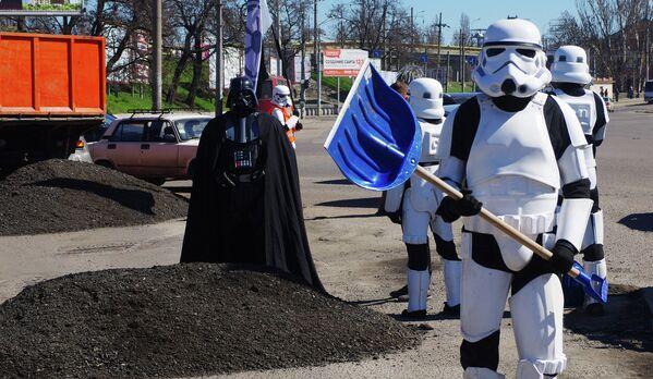 Лидер Интернет-партии Украины Дарт Вейдер со своими сторонниками ремонтирует дороги в Одессе, Украина