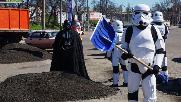 Лидер Интернет-партии Украины Дарт Вейдер со своими сторонниками в Одессе. Архивное фото