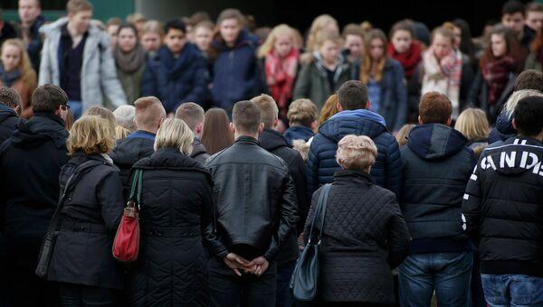 Люди почтили минутой молчания погибших подростков из средней школы в Хальтерн