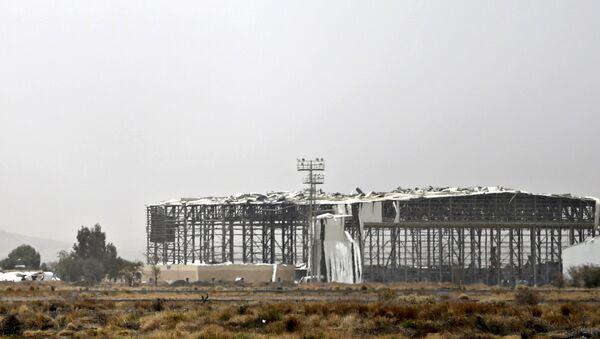 Разрушенное здание авиабазы около аэропорта Саны в Йемене