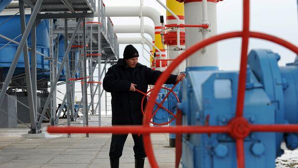 Работник Нафтогаза на газокомпрессорной станции. Архивное фото
