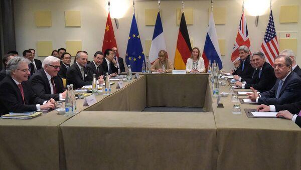 Министр иностранных дел России Сергей Лавров и государственный секретарь США Джон Керри на консультации в рамках переговоров шестерки по иранской ядерной программе в швейцарской Лозанне. Архивное фото
