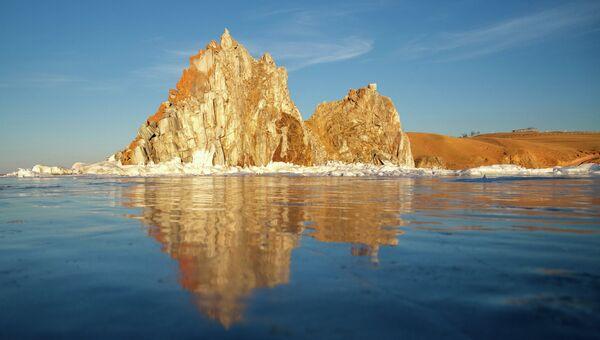 Скала Шаманка у поселока Хужир на острове Ольхон на озере Байкал. Архивное фото