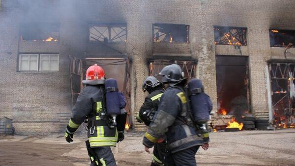 Сотрудники МЧС на месте пожара в производственном здании в Калининском районе Санкт-Петербурга. 31 марта 2015