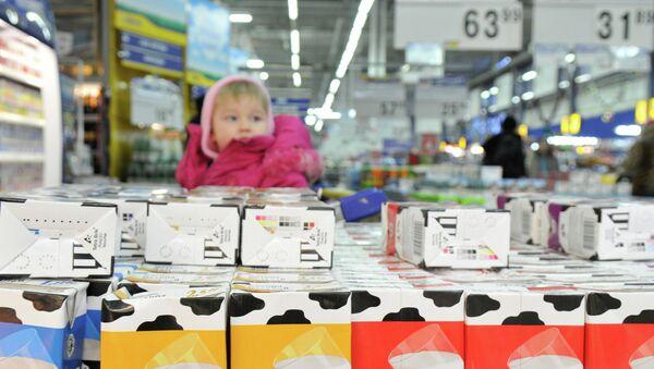 Отдел молочной продукции в продуктовом магазине. Архивное фото