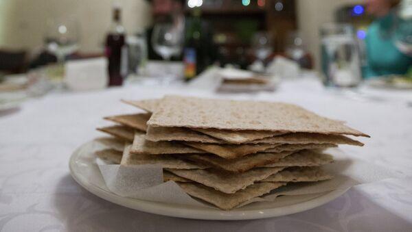 Маца на праздничном столе во время ритуальной семейной трапезы в праздник Песах (Седер Песах).