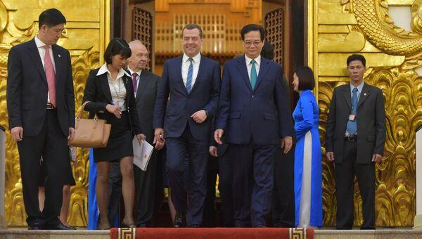 Председатель правительства РФ Дмитрий Медведев и премьер-министр Вьетнама Нгуен Тан Зунг после российско-вьетнамских переговоров в расширенном составе