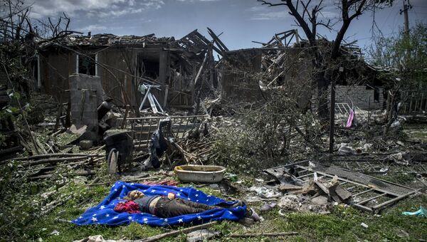 Тело местной жительницы в станице Луганская, подвергшейся авиационному удару вооруженных сил Украины, 2 июля 2014