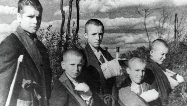 Дети, пострадавшие от фашистских снарядов