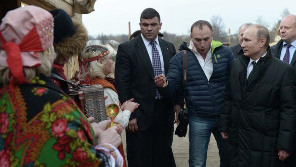 Президент России Владимир Путин во время прогулки по Старой Руссе