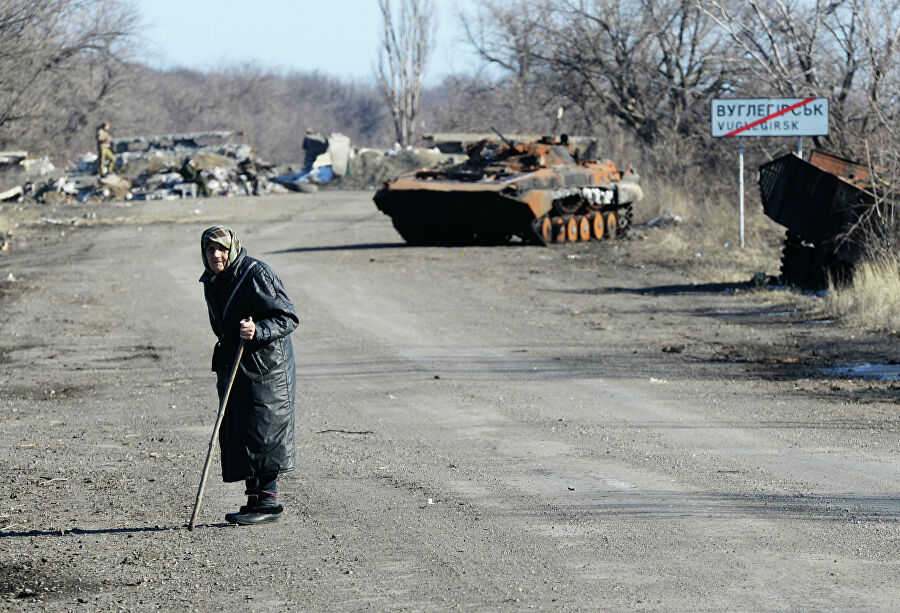 Сгоревшая военная техника на дороге из Углегорска в Дебальцево