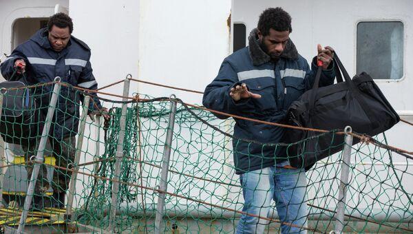 Моряки, спасенные с затонувшего траулера Дальний Восток. Архивное фото
