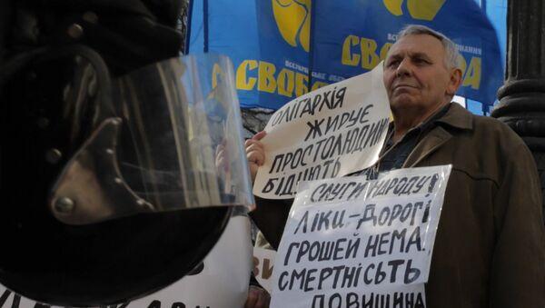 Митингующие у здания Рады в Киеве вышли на акцию с лозунгами против коррупции. Архивное фото