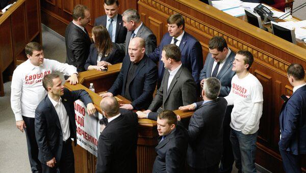 Депутаты во время заседания Верховной рады Украины. 7 апреля 2015