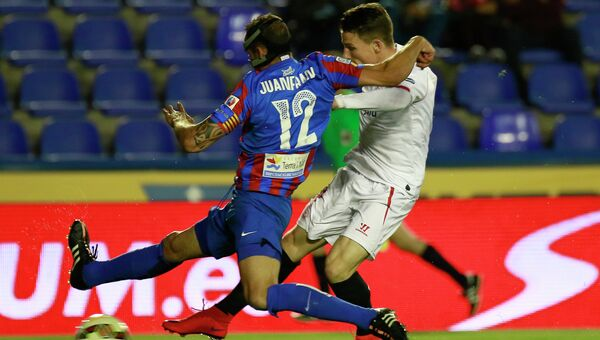 Игрок Севильи Кевин Гамейро забивает в ворота Леванте