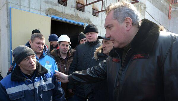 Дмитрий Рогозин общается со строителями космодрома Восточный. Архивное фото
