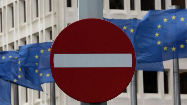 Флаги Евросоюза возле штаб-квартиры Еврокомиссии в Брюсселе. Архивное фото