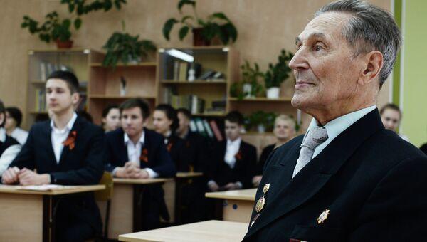 Ветеран во время Всероссийского единого урока Победы в школе в Великом Новгороде